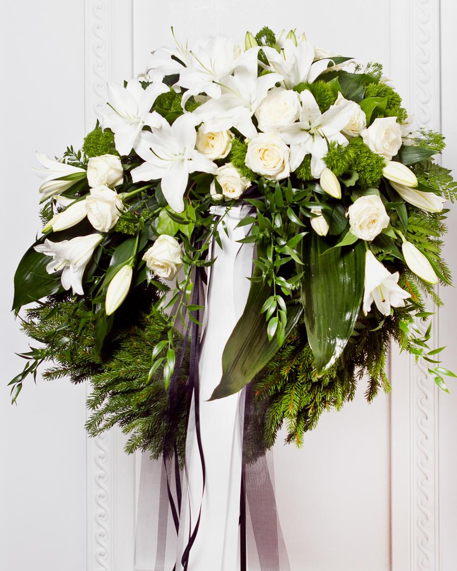 Koszorú szalaggal fehér virágokból